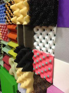 Multiple surfaces and colours interstice : espace entre deux choses… Design Set, Happy Design, Memphis Design, Textiles, Conception Memphis, Fabric Manipulation, Installation Art, Textures Patterns, Inspiration