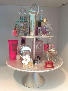 56 Ideen DIY Make-up Organisation Tablett Parfüm Display - blue short hair - perfume Perfume Organization, Bathroom Organization, Makeup Organization, Perfume Storage, Diy Makeup Organizer, Perfume Display, Perfume Tray, Perfume Bottles, Tiered Cake Stands
