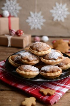 Mince Pies - Bakemas Day 23 These may not be the prettiest mince pies you've ever seen but they definitely outdo themselves in taste.These may not be the prettiest mince pies you've ever seen but they definitely outdo themselves in taste. Xmas Food, Christmas Cooking, Christmas Desserts, Christmas Treats, Christmas Pies, Vegan Christmas, Fruit Mince Pies, Yummy Treats, Candy Cane Christmas