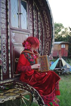 I love old Gypsy's. Caravan Gypsy Vardo Wagon: wagons and roulottes. Gypsy Trailer, Gypsy Caravan, Gypsy Wagon, Bohemian Gypsy, Gypsy Style, Boho Style, Gypsy Culture, Gypsy Home, Caravan Renovation