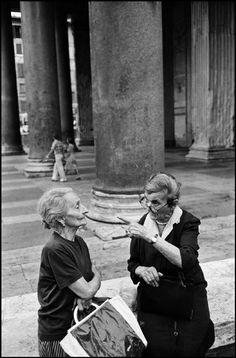 ITALY. Rome. Two ladies at the Pantheon. 1978. © Richard Kalvar/Magnum Photos