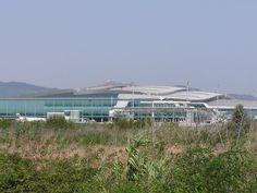 Edificio de facturación en la parte superior, zona comercial y embarque en la parte inferior, visto desde el exterior.