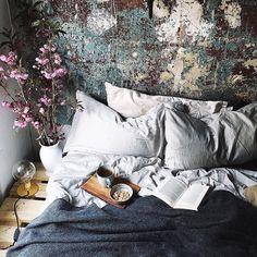 Un mur brut ultra esthétique qui sert de tête de lit