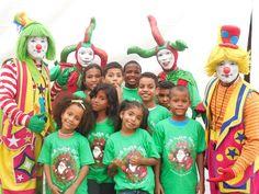 Ninos junto a los payasos que animaron la fiesta infantil.