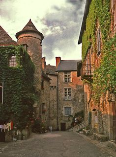 Carennac Dordogne - back courtyard.  Don't you love the laundry hanging there?