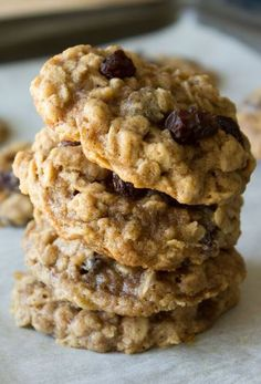 Delicious (reused sugar by a third) Oatmeal Raisin Cookies. Super soft, chewy and packed with flavor from vanilla, cinnamon & nutmeg. Köstliche Desserts, Delicious Desserts, Dessert Recipes, Yummy Food, Dessert Blog, Breakfast Recipes, Tea Cakes, Chocolate Chip Cookies, Chewy Oatmeal Raisin Cookies