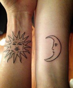 Soleil et lune tatoué en contour à l'encre noir https://tattoo.egrafla.fr/2015/10/05/modele-tatouage-femme-soleil/