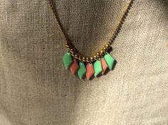 Collier folk sautoir losanges en email vert et rose pastel corail abricot : Collier par guerloule