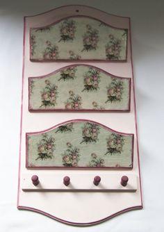 Porta Cartas/Chaves - Comprar em Pietro Artesanatos Pot Holders, Keys, Handmade Crafts, Home, Ideas, Manualidades, Hot Pads, Potholders