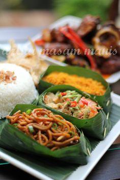 assalamualaikum...... salam Maulidur Rasul bagi semua umat Islam di seluruh dunia... selawat dan salam ke atas junjungan besar nabi Muhamad... Cafe Food, Food Menu, Fancy Food Presentation, Malay Food, Asian Street Food, Malaysian Food, Indonesian Food, Asian Cooking, Food Packaging
