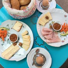 Mhhh, Wochenende ist eindeutig Brunchzeit! Wo wir gerne in den Tag starten, zeigen wir euch bei Orten für einen gemütlichen Brunch in Wien. Camembert Cheese, Brunch, Dairy, Food, Essen, Meals, Yemek, Eten