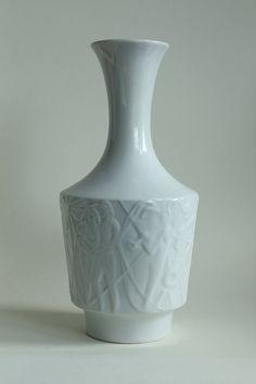 EDELSTEIN BAVARIA KUEPS/Germany Designer Kurt Wendler, ca. 1957: beautiful Vintage Modernist Figural Porcelain Vase, Model 861/0