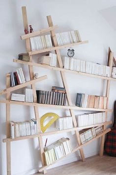 Armelle propose un DIY bibliothèque mikado pour u… Unique Bookshelves, Bookshelf Design, Bookshelf Ideas, Scandinavian Bookshelves, Murphy-bett Ikea, Diy Furniture, Furniture Design, Diy Home Decor, Room Decor