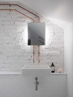Parede de tijolinhos exposta + azulejos metro white + espelho + cobre #decor #banheiro #bathroom