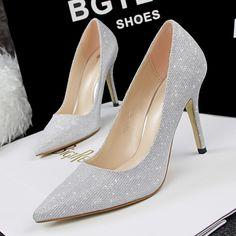 Te-ai decis sa iti cumperi o noua pereche de pantofi stiletto? Blair iti spune la ce detalii trebuie sa fii atenta.