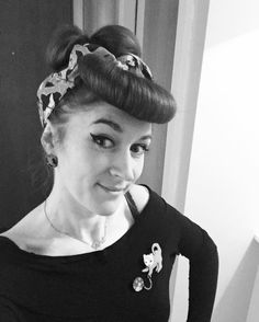 Taking Kitty Cat Scratch out and about #retrostyle #retrofashion #erstwilderofficial #pinup #pinuphair #pins #brooch #fashion #vintagestyle #quirky #catlover #crazycatlady #blackandwhite #fauxfringe #rockabilly by kim_gahan