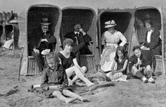 20 Fascinating Vintage Photos of British Holidaymakers Frolicking by the Seaside from the Early 20th Century