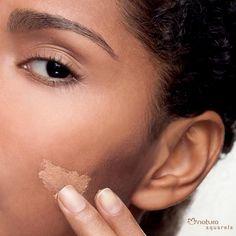 Na hora de usar base, tome cuidado com os tons mais claros para que a pele não pareça acinzentada.