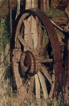 Rusted Old Wagon Wheel - Modern Design Country Charm, Rustic Charm, Country Life, Rustic Style, Old Wagons, Old Farm Equipment, Country Scenes, Farms Living, Wheelbarrow