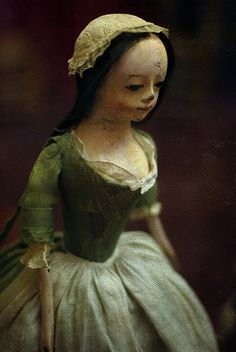 Queen Anne doll    18th century    Museum of Childhood, Edinburgh
