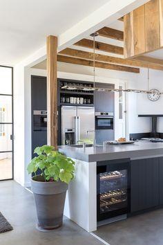 woonkeuken-houten-balken Modern Farmhouse Kitchens, Rustic Kitchen, Kitchen Dining, Kitchen Decor, Mini Loft, Kitchen Interior, Interior Design Living Room, Kitchen Plinth, Latest Kitchen Designs