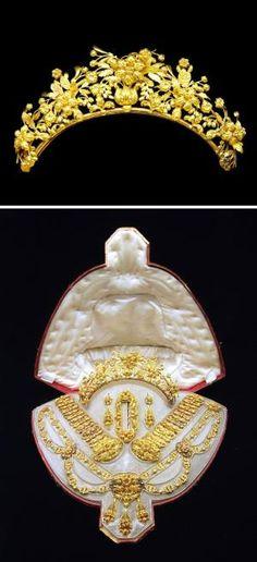 AN PARURE ouro antigo.  Composta por um colar de ouro esculpida do motivo folhadas;  duas pulseiras, um broche, um par de orelha pingentes e uma tiara en suite, cerca de 1830, com marcas de ensaio francês, marcas de importação franceses e marcas de fabricante por erin