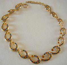 collana in metallo dorato e strass