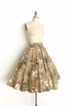 Vintage clothing is making a big comeback everywhere and people are raving about how old can be so in and new. What is it about vintage clothing that people. 1940s Dresses, Vintage Dresses, Vintage Outfits, Vintage Fashion, Mode Outfits, Skirt Outfits, Fashion Outfits, 1950s Skirt, Skirt Mini