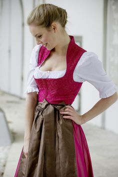 Tostmann Trachten: Trachten für alle festlichen Anlässe I love the high neck. I would do a rust/copper/ brown/orange dress, with a dark purple apron. Maybe even a sheer apron with fuschia embroidery and bits of copper. Under skirt/ petticoat in purple. Pretty Outfits, Beautiful Outfits, Cool Outfits, Fashion Outfits, Beautiful Women, German Outfit, Oktoberfest Outfit, Dirndl Dress, Flattering Dresses