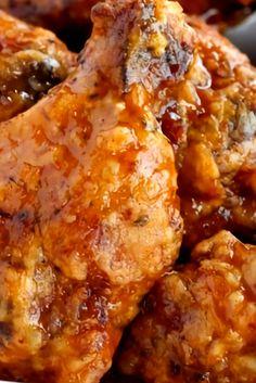 Whìskey Chicken Wings Recipe – These wìngs àre deep frìed ànd tossed ìn àn àmàzìng whìskey glàze, so àddìctìng there won't be àny left! Easy Chicken Wing Recipes, Fried Chicken Recipes, Spicy Recipes, Cooking Recipes, Baked Chicken, Best Dinner Recipes Ever, Delicious Dinner Recipes, Whiskey Chicken, Family Meals