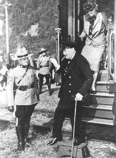 M. et Mme Winston Churchill à leur descente de train à l'anse au Foulon, à l'occasion de la deuxième conférence du Québec