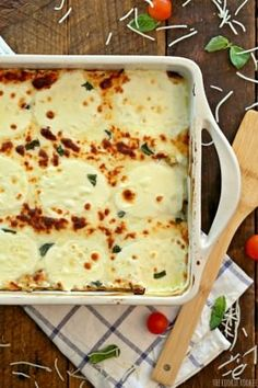 Creamy White Chicken Caprese Lasagna stuffed with mozzarella, cream cheese, artichokes, sundried tomatoes, and basil. SO delicious! The perfect comfort food! Poulet Caprese, Caprese Chicken, I Love Food, Good Food, Yummy Food, Italian Dishes, Italian Recipes, Freezer Meals, Easy Meals