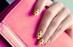 Diseños de uñas que se están usando ahora, diseños de uñas que usan lunares.   #uñasdecoradas #nails #uñasdiscretas