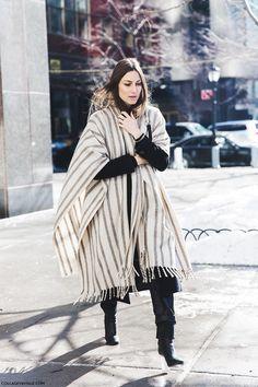 萨拉·埃斯库德罗穿着AA条纹毯大衣
