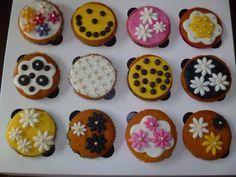 Vanilla cucakes with sugar decoration