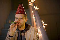 p4565601, 20-25 Jahre, Abwesend, Bild, Erwachsener mittleren Alters, Geburtstag, Kopfbedeckung, Party, Treppenhaus