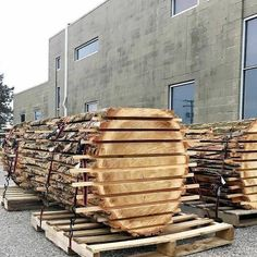 Woodworking Course I mean how did you think they delivered whole slabbed trees? Lol pallets of course Thanks to for sharing these cottonwood slabs! Woodworking Courses, Woodworking School, Beginner Woodworking Projects, Learn Woodworking, Woodworking Skills, Woodworking Plans, Woodworking Videos, Wood Carving Set, Wood Mill
