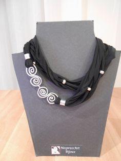 Collana con fettuccia in licra nera ed elementi in filo di alluminio F05 Collana con fettuccia in licra nera ed elem...