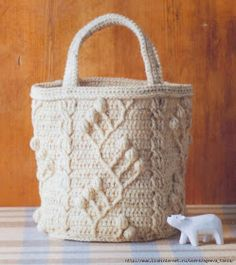 Crochet and arts: crochet bag: alas! instructions in undecipherable language. Crochet Cable, Crochet Tote, Crochet Handbags, Freeform Crochet, Crochet Purses, Crochet Hooks, Crochet Granny, Crochet Diagram, Crochet Patterns