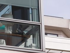 Passer au travers : Depuis toujours fascinée par les bâtiments qui offrent une transparence, au regard de jouer les passe-muraille.  Je me suis dit que quelqu'un que j'aime ne pourrait pas travailler dans ce bureau parce qu'il a le vertige et assez sévèrement.   Par ricochet me suis demandée qui pouvait bien être la personne solide capable d'occuper ce poste-là.    [mercredi 27 juin 2012, Clichy la Garenne, un siège social]  
