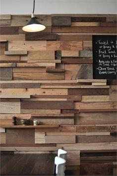 Eller hvad med en hel væg i genbrugstræ, med indbyggede hylder? Meget cool! Billeder fra SlowPoke café i Melbourne. Via archilove.com