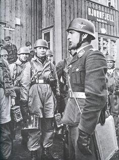 der kommandierende Offizier eines deutschen Fallschirmjäger-Bataillons bei der Befehlsausgabe in Bjornfjell, südlich nahe Narvik