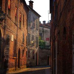 I vicoli del centro storico di Ferrara scaldati dal sole - Instagram by michyzen