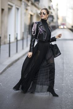 Alessandra Ambrosio looking absolutely fabulous in Paris. We will see that Moschino in our dreams tonight. Look Fashion, New Fashion, Girl Fashion, Winter Fashion, Fashion Outfits, Womens Fashion, Fashion Design, Fashion Photo, Fashion News