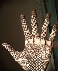 I love this mehndi design! The piping is so delicate, it looks like lace. Gorgeous.