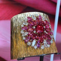 Sunny Side of Life by #Piaget #HôtelPotockiParis #highjewelry #hautejoaillerie #pfw #pariscoutureweek #Paris #diamonds #gold #gemstones #spinelle #instajewelry