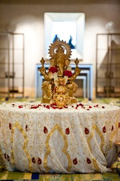 An Indian Hindu wedding is never complete without Lord Gnaesha. An entrance decor idea that is both divine and beautiful :)