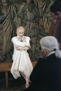 Тильда Суинтон — современная женщина, настоящая икона стиля и образец элегантности, — говорит Лагерфельд. — Ее шотландское происхождение отлично подходит для того, чтобы передать концепцию эдинбургской коллекции