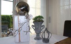 HE72 – Holzsäule weiß gebeizt, dekoriert mit Materialien aus der Natur, einer silberfarbenen Eichel, einem kleinem Hirschgeweih und einer großen Edelstahlkugel! Preis 54,90€ Höhe ca. 45cm Metallpokal 12,90€ (ohne Pflanzen) Höhe 20cm Teelichthalter Krone 9,90€ Höhe ca 15cm