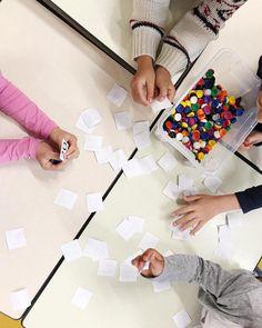 Spelletje tijdens het rekencircuit! Allemaal met je ogen dicht een kaartje pakken en aan elkaar laten zien. Degene met het grootste getal mag een muntje pakken. Wie heeft aan het eind de meeste muntjes? Je kan voor de verandering ook eens het kleinste getal laten winnen! 🔢 #rekenspelletje #rekencircuit #lerenrekenen #rekenenisleuk #samenspelen #samenleren #groep3 #hoogstegetal #laagstegetal #juf #jufmaaike #leerkracht #onderwijs #spelendleren